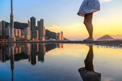 Allgemeine Fracht-Fähre, Kennedy Town, Hong Kong: einer der wenigen besten Plätze für das Machen von Sonnenuntergangfotos mit Ref stockfotografie