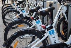 Allgemeine Gebrauchsfahrräder parkten in Madrid, Spanien Lizenzfreie Stockbilder