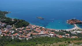 Allgemeine gute Ansicht von Sveti Stefan montenegro stock footage