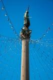 Allgemeine Statue mit Weihnachtsleuchten lizenzfreies stockfoto