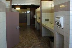 Allgemeine Toiletten der Frauen an der Straßenrandruhezone Lizenzfreies Stockfoto