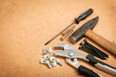 Allgemeine Werkzeuge, ein Hammer, ein Schraubenzieher, ein Schlüssel, ein Schlüssel und BO Stockfotografie