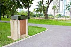 Allgemeiner Abfallstauraum in einem Park Stockbilder