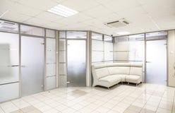 Allgemeiner Bürogebäudeinnenraum Stockfoto