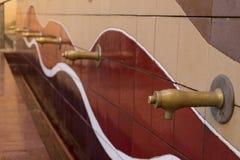 Allgemeiner Brunnen mit farbigen Fliesen Lizenzfreie Stockfotografie
