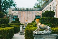Allgemeiner Garten mit Statue des Hundes vom Palast von Marquis de Pomba lizenzfreies stockbild