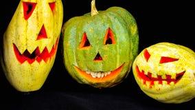 allgemeiner Kürbis umgewandelt in einen furchtsamen Halloween-Kürbis stockfoto