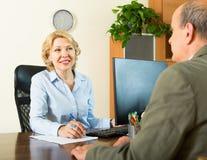 Allgemeiner Notar mit älterem Kunden Stockbild