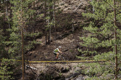Allgemeiner Plan eines Radfahrerreitens entlang Bergen Lizenzfreies Stockbild