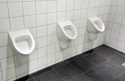 Allgemeiner Urinal - Raum der Männer lizenzfreie stockfotos