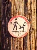 Allgemeines gehendes Holzschildbeitrags-Hundezeichen halten bitte Ihren Hund an Stockfotos