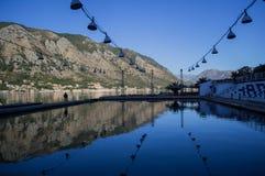Allgemeines Poolrecht Kotor im Freien durch das adriatische Meer Stockbild