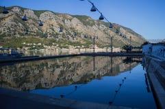 Allgemeines Poolrecht Kotor im Freien durch das adriatische Meer Lizenzfreie Stockbilder