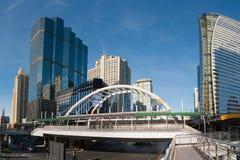 Allgemeines skywalk mit Bürogebäuden auf Hintergrund Lizenzfreie Stockfotografie