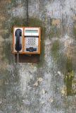Allgemeines Telefon auf grunge Wand Stockfoto