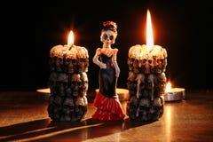 Allhelgonaafton: diagram av enkla skelett av kvinnan mot bakgrunden av de brinnande stearinljusen i form av Royaltyfri Foto