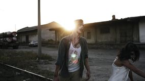 Allhelgonaafton filmande, kusligt begrepp Kuslig levande dödman och kvinna i blodig kläder som utomhus går vid järnväg linjer för lager videofilmer