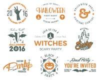Allhelgonaafton 2016 partietikettmallar med läskiga symboler - levande dödhand, häxahatt, slagträ, pumpa och typografibeståndsdel Arkivbilder