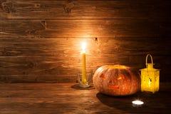 Allhelgonaafton sniden pumpa och stearinljus på träbakgrund Royaltyfri Bild