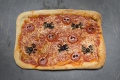 Allhelgonaafton-Themed pizza för hel rektangel med Spindel-formad peppar Arkivbild
