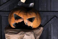 Allhelgonaaftondemon Snida ut några bra gånger demonpumpa med fasaframsidan och den halloween hatten traditionell garnering för royaltyfri fotografi