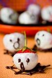 Allhelgonaaftonen behandlar och sötsakspökar som göras från jordgubbar och ch arkivbilder