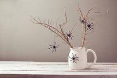 Allhelgonaaftonferiebakgrund med spindlar Arkivfoton