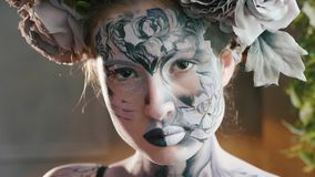 Allhelgonaaftonframsidakonst Stående av den härliga kvinnan med det halloween sminket arkivfilmer