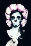 Allhelgonaaftonkvinna med Sugar Skull Makeup Arkivbilder