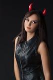 Allhelgonaaftonkvinnastående i studio royaltyfri fotografi
