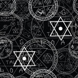 Allhelgonaaftonmodell med magiska symboler Arkivbild