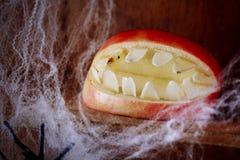 Allhelgonaaftonmun med tänder som göras från ett äpple Royaltyfria Bilder