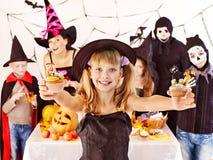 Allhelgonaaftonparti med barn som rymmer trick eller fest. Royaltyfri Bild