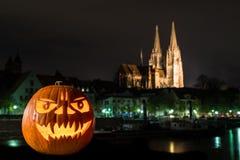 Allhelgonaaftonpumpa framme av domkyrkan och Danube River i Tyskland, Tyskland Royaltyfri Foto