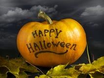 Allhelgonaaftonpumpa på en mörk bakgrund Med inskriften av lyckliga halloween Arkivbild