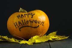 Allhelgonaaftonpumpa på en mörk bakgrund Med inskriften av lyckliga halloween Royaltyfri Foto