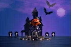 Allhelgonaaftonpumpastålar-nolla-lykta på mörk purpurfärgad bakgrund Royaltyfri Bild
