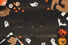 Allhelgonaaftonsötsaker, halloween kort och garnering som göras av hantverket, skyler över brister kopiera avstånd Arkivfoto