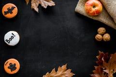 Allhelgonaaftonsammansättning med höstskörden och den gulliga rundan hallooween emblem med tjaller, ghousts, butext på svart arkivbild