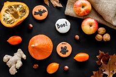 Allhelgonaaftonsammansättning med höstskörden som torkade höstsidor, pumpa, äpplet och den gulliga rundan hallooween emblem med fotografering för bildbyråer