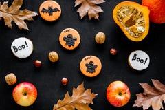 Allhelgonaaftonsammansättning med höstskörden som torkade höstsidor, pumpa, äpplet och den gulliga rundan hallooween emblem med arkivbilder