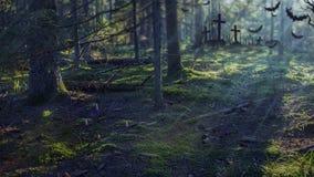 Allhelgonaaftonskogbakgrund Spöklik mörk skog med månsken Dimmig skog på natten med kyrkogården Arkivfoto