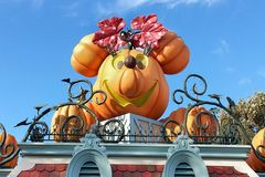 AllhelgonaaftonStålar-NOLLA-lykta på Disneyland, Kalifornien royaltyfria foton