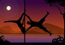 Allhelgonaaftonstilkonturer av den manliga och kvinnliga poldansaren som utför duett, lurar framme av floden och fullmånen på nat royaltyfri illustrationer