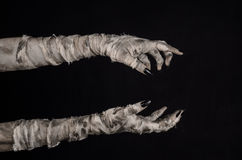 Allhelgonaaftontema: ruskiga gamla mammahänder på en svart bakgrund Fotografering för Bildbyråer