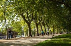 Allier lakeshore och offentlig promenad i Vichy, mitt av Frankrike Royaltyfri Bild