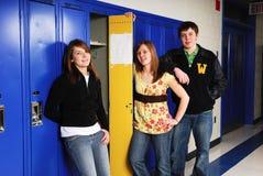 Allievi adolescenti agli armadi del banco Fotografia Stock Libera da Diritti