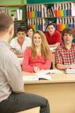 Allievi adolescenti che studiano nell'aula con l'insegnante privato Fotografie Stock Libere da Diritti