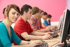 Allievi adolescenti in ESSO codice categoria che per mezzo dei calcolatori Immagini Stock Libere da Diritti