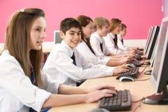 Allievi adolescenti in ESSO codice categoria che per mezzo dei calcolatori Fotografia Stock Libera da Diritti